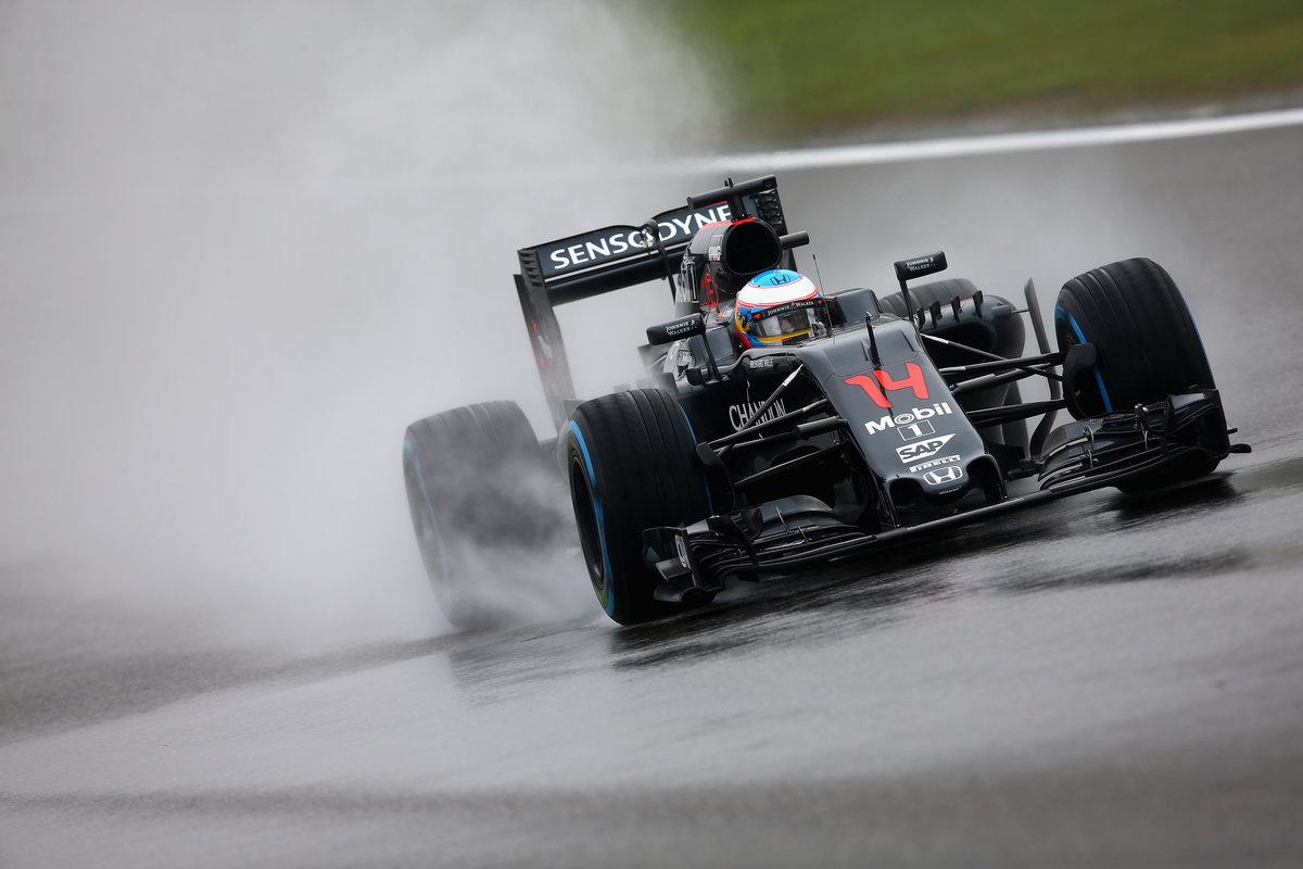 Fernando Alonso rodando con el McLaren durante la Qualy en Shanghai (Getty)