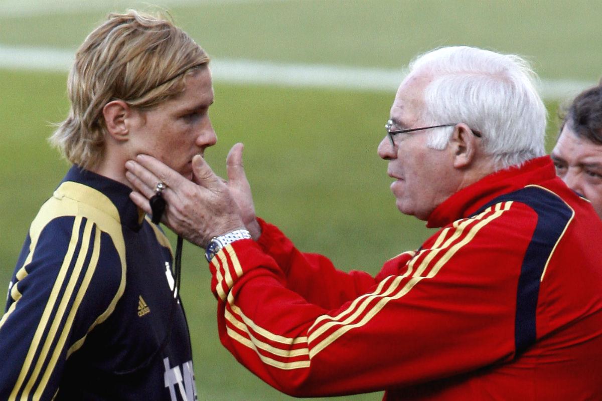 Luis Aragonés motiva a Torres en un entrenamiento con La Roja. (AFP)