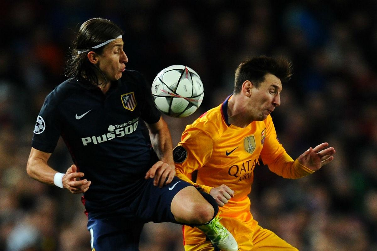 Filipe Luis, en una acción con Leo Messi. (Getty)