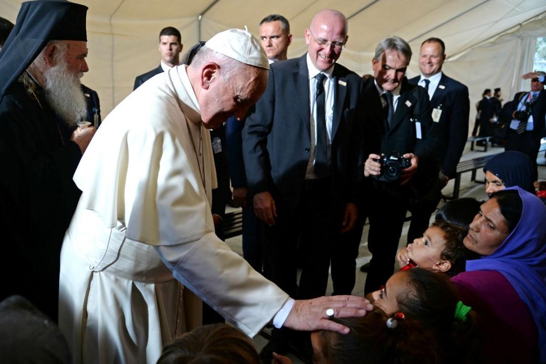 El Papa visita Lesbos y se lleva a 12 refugiados al Vaticano