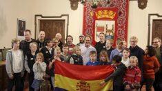 El alcalde de Zamora posa con la bandera republicana en la sala de plenos. (Foto: Facebook de Francisco Guarido)