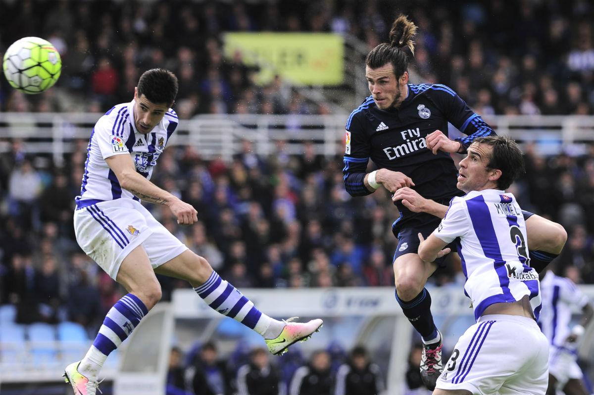 Bale cabecea fuera una clara ocasión ante la Real. (AFP)