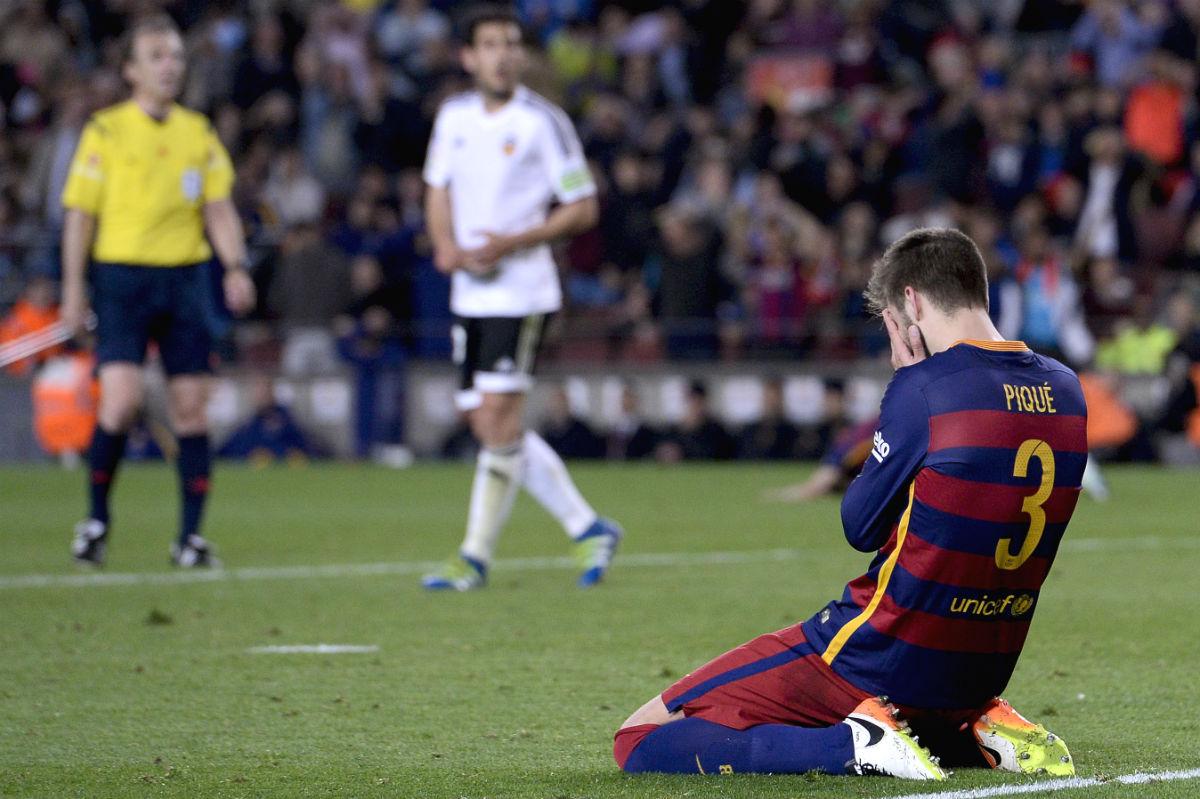 Gerard Piqué, desolado tras perder ante el Valencia. (AFP)