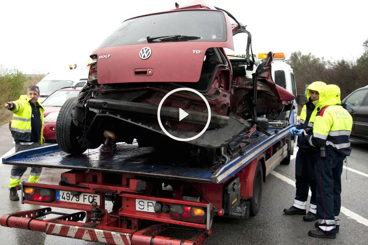 Una grúa retira el coche con matrícula francesa en el que viajaban los cinco jóvenes que murieron (Foto: Efe).