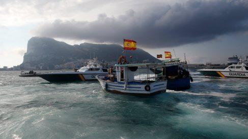 Pesqueros españoles protegidos por patrulleras de la Guardia Civil ante e,l acoso de los agentes de Gibraltar. (Getty)