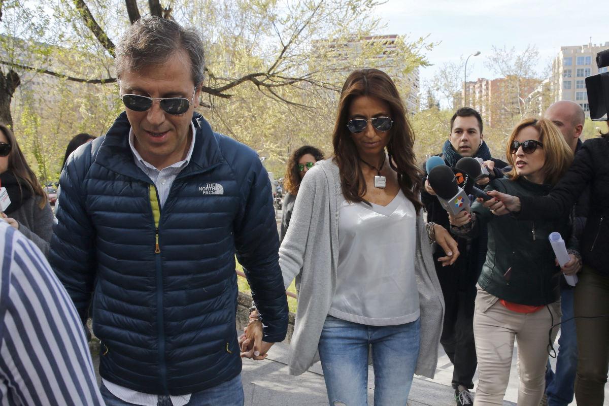 El periodista deportivo Paco González y su mujer, a su llegada a la Audiencia de Madrid para prestar declaración al comienzo de la causa. (Foto: EFE)