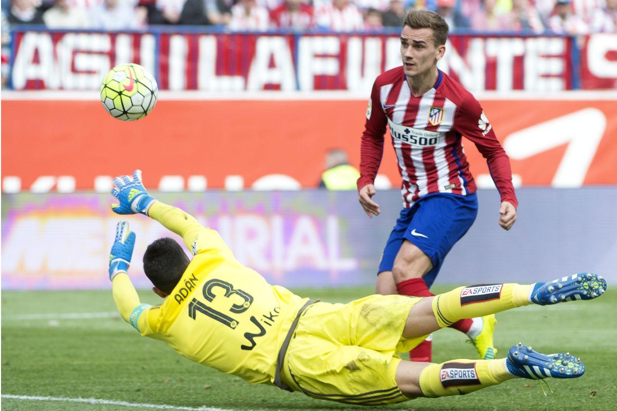 Griezmann marca ante la salida de Adán. (AFP)