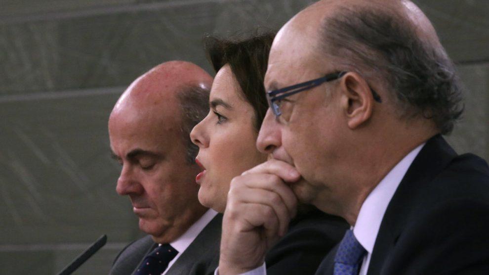 Luis de Guindos, Soraya Sáenz de Santamaría y Cristóbal Montoro (Foto: EFE).