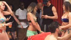Ibrahimovic consulta su móvil rodeado de chicas en bikini. (Expressen)