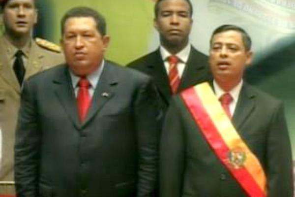 Hugo Chávez junto a su entonces ministro Rafael Isea.