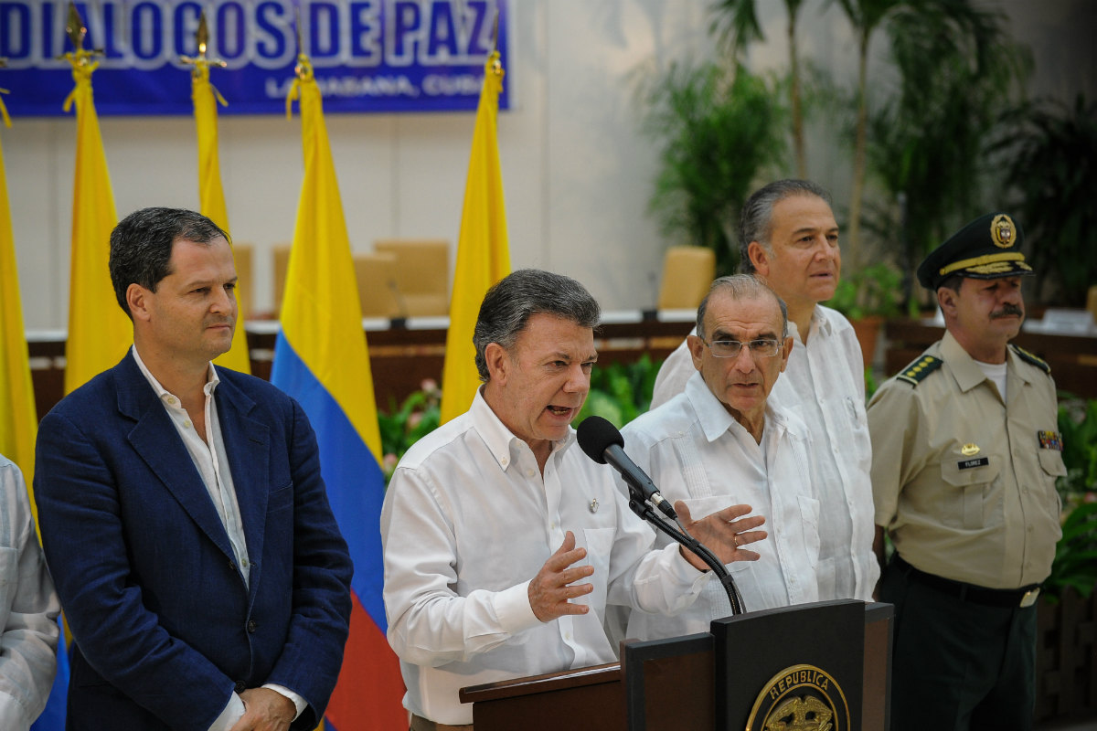 Sergio Jaramillo (izqda.), en la delegación de Juan Manuel Santos (centro) en La Habana. (AFP)