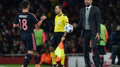 Pep Guardiola da instrucciones a Bernat en un partido con el Bayern. (AFP)