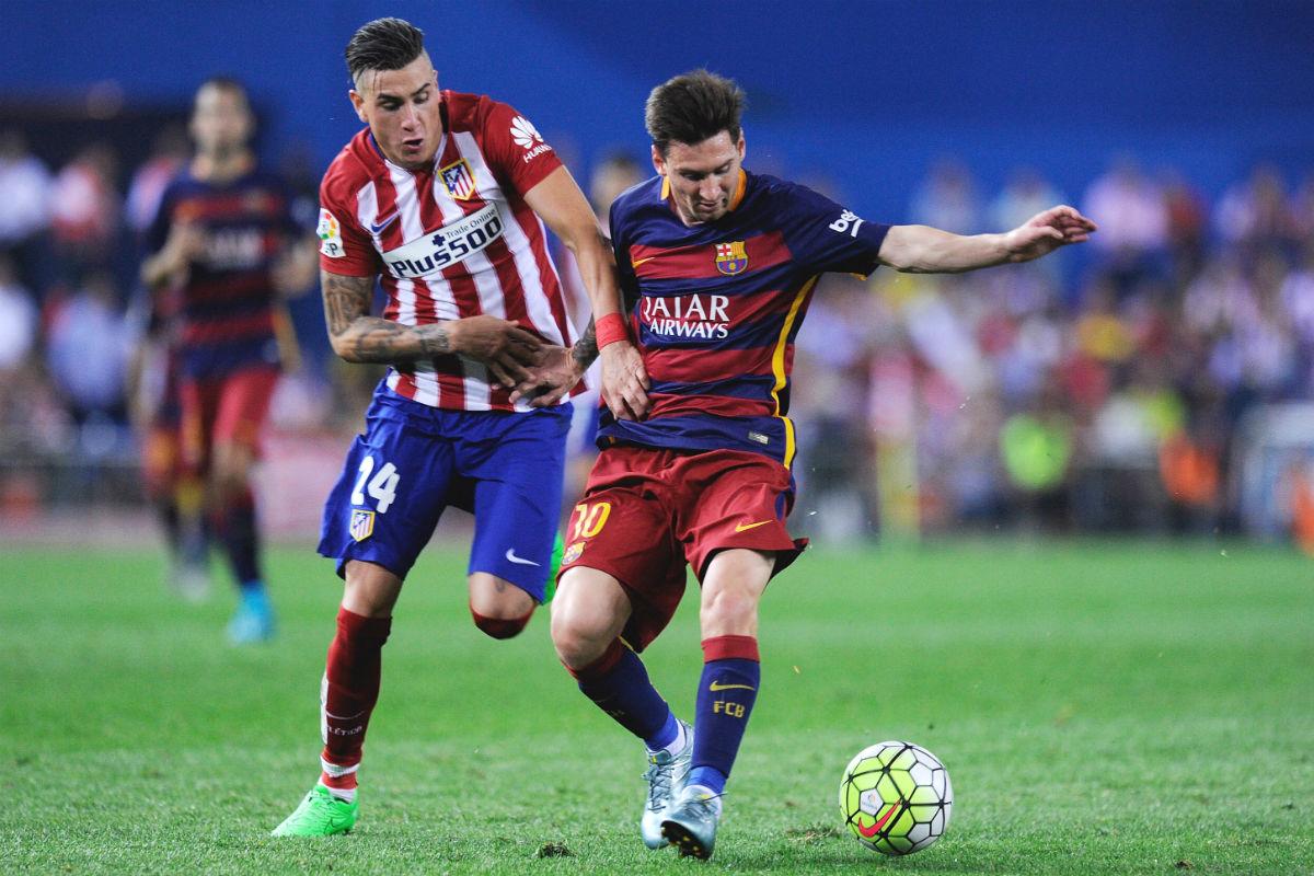 Giménez pelea un balón con Messi en un duelo en el Calderón. (Getty)