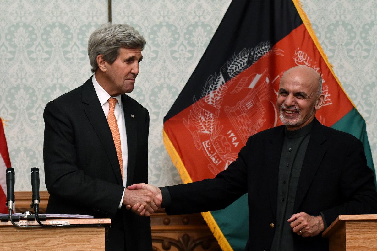 John Kerry estrecha la mano del presidente afgano Ashraf Ghani. (AFP)