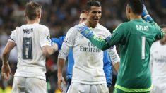 Keylor Navas se abraza a Cristiano Ronaldo.(Reuters)