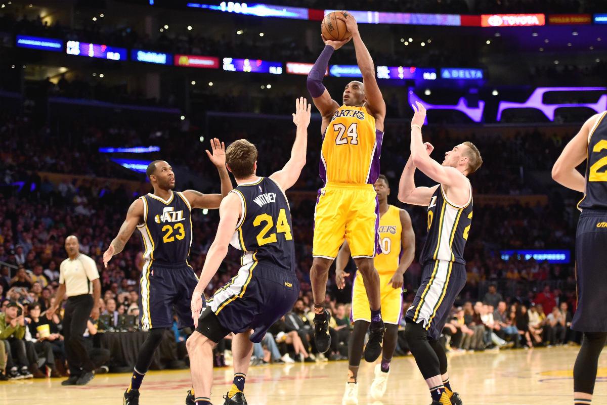 Kobe Bryant anota una canasta ante los Jazz. (Getty)