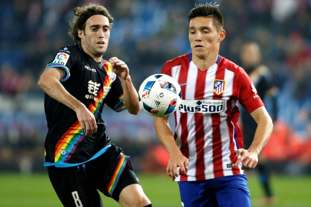 Kranevitter y Raúl Baena pugnan por un balón durante el Atlético-Rayo de Copa. (Getty)