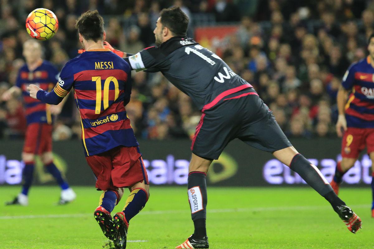 Adán despeja delante de Messi. (AFP)