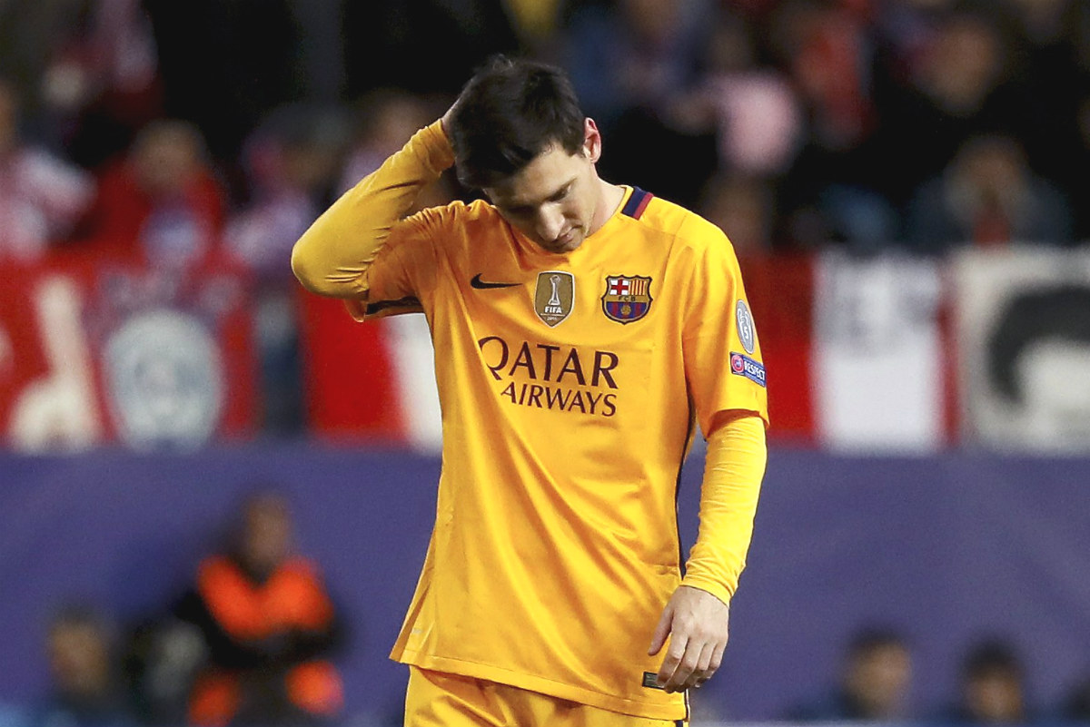 Messi, con gesto abatido en el Calderón. (EFE)