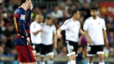 Leo Messi se lamenta tras un gol del Valencia. (Reuters)