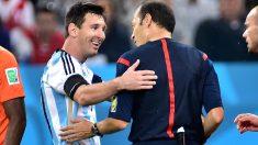Leo Messi charla con su amigo Çakir en la final del Mundial. (AFP)