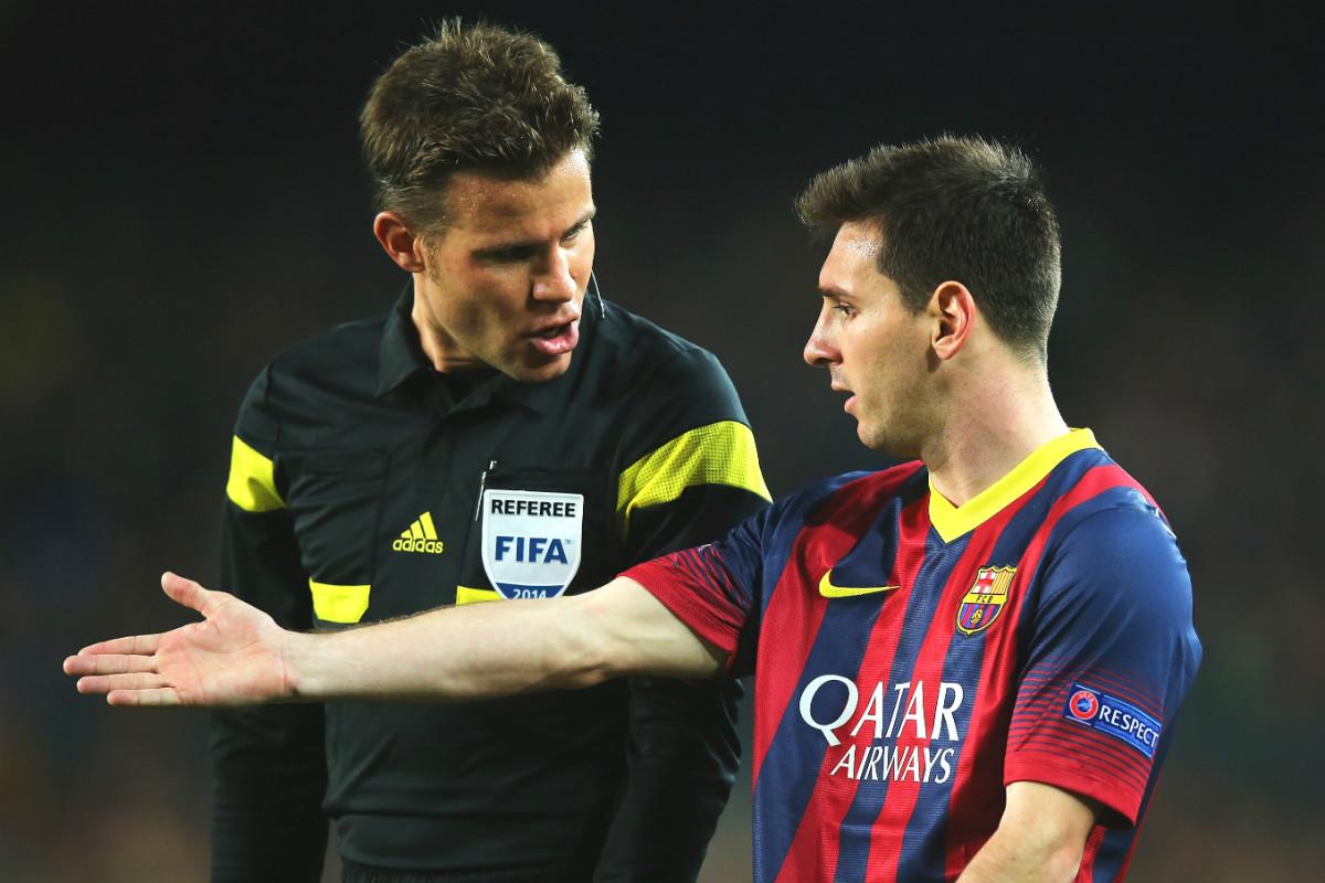 Messi le dice a Brych desde dónde sacar una falta. (Getty)