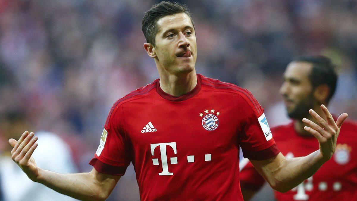 Lewandowski celebra un gol ante el Schalke. (Reuters)