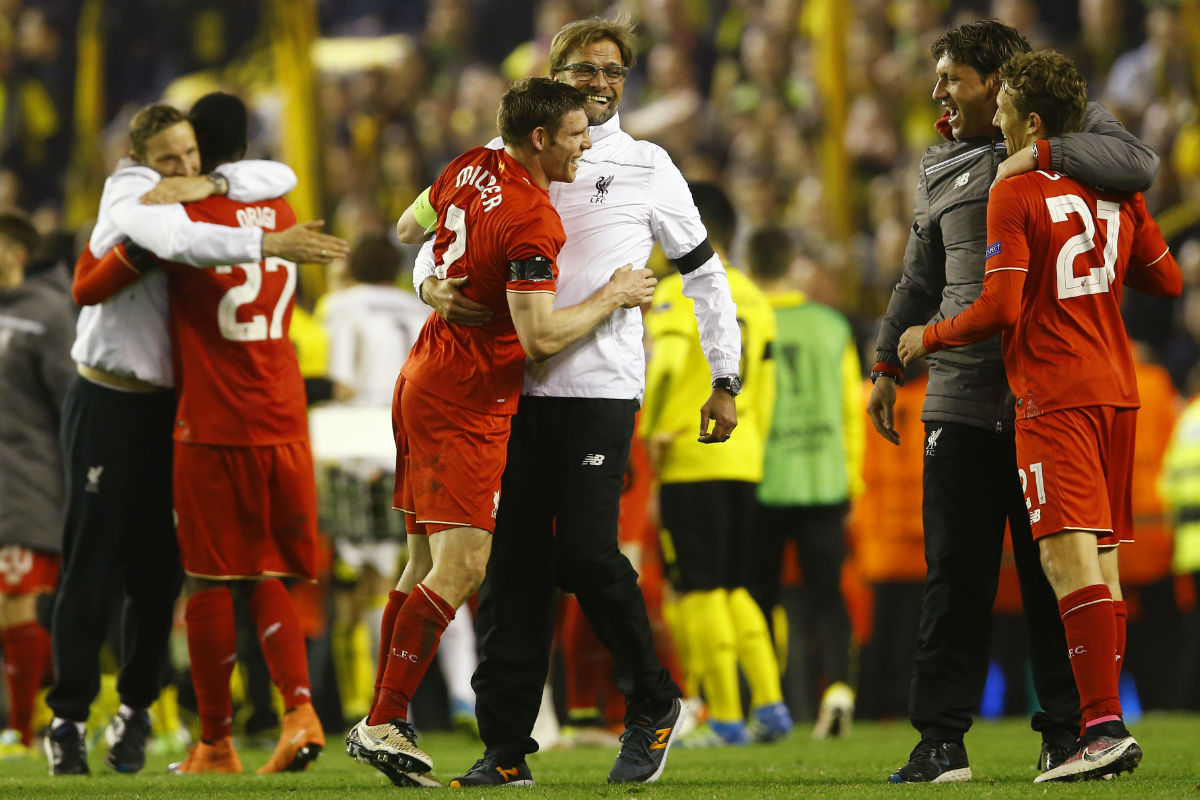 Los jugadores del Liverpool y Klopp celebran el pase. (Reuters)