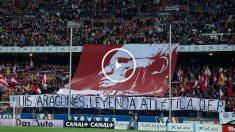 Los aficionados del Atlético homenajearon a Luis Aragonés con este tifo. (Getty)