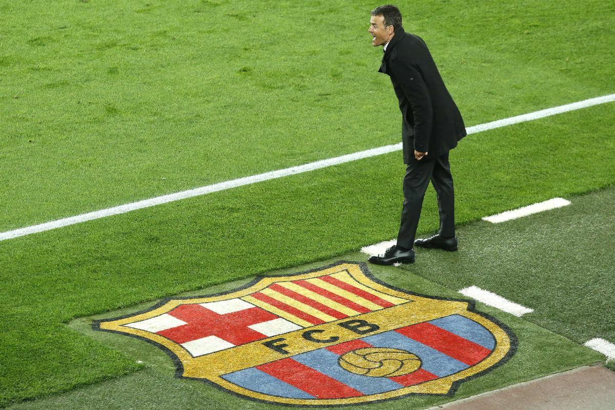 Luis Enrique da instrucciones a sus jugadores en el Clásico. (AFP)