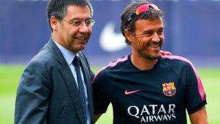 Bartomeu posa con Luis Enrique y la camiseta de Qatar. (Getty)