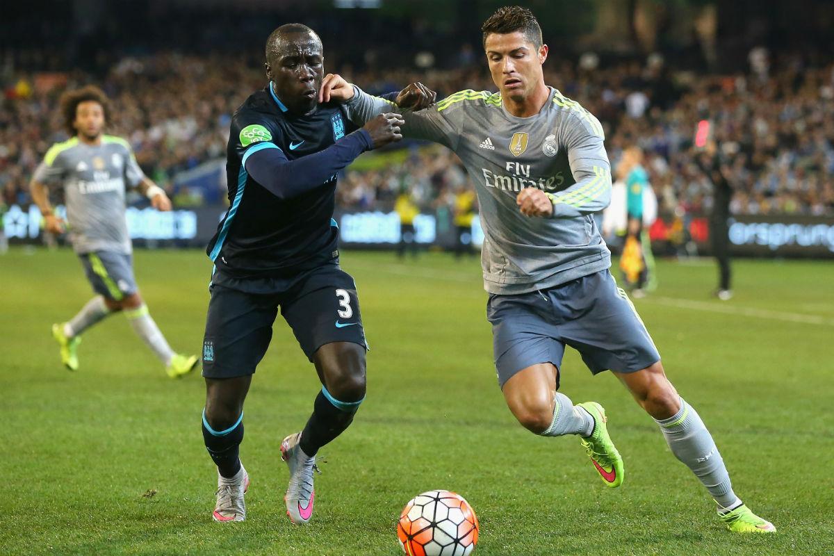 Cristiano Ronaldo disputa un balón con Sagna. (Getty)