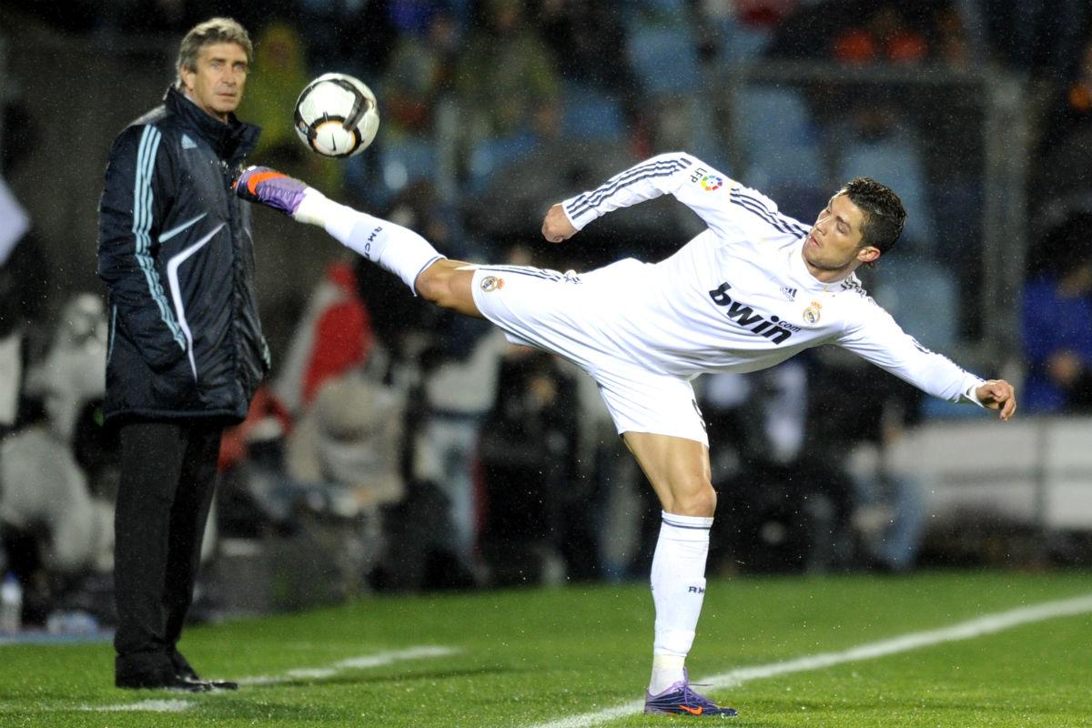 Cristiano controla un balón en presencia de Pellegrini. (AFP)