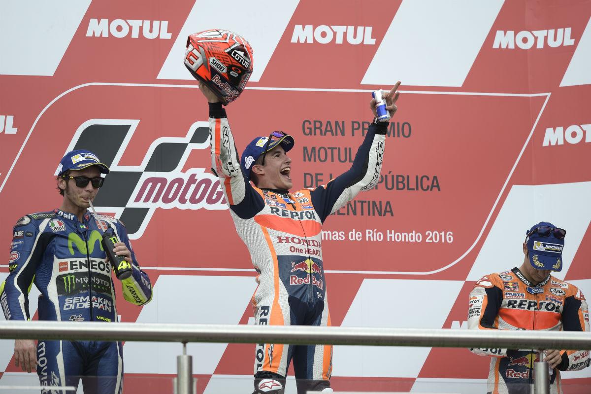 Márquez celebra en el podio su victoria en Argentina. (AFP)