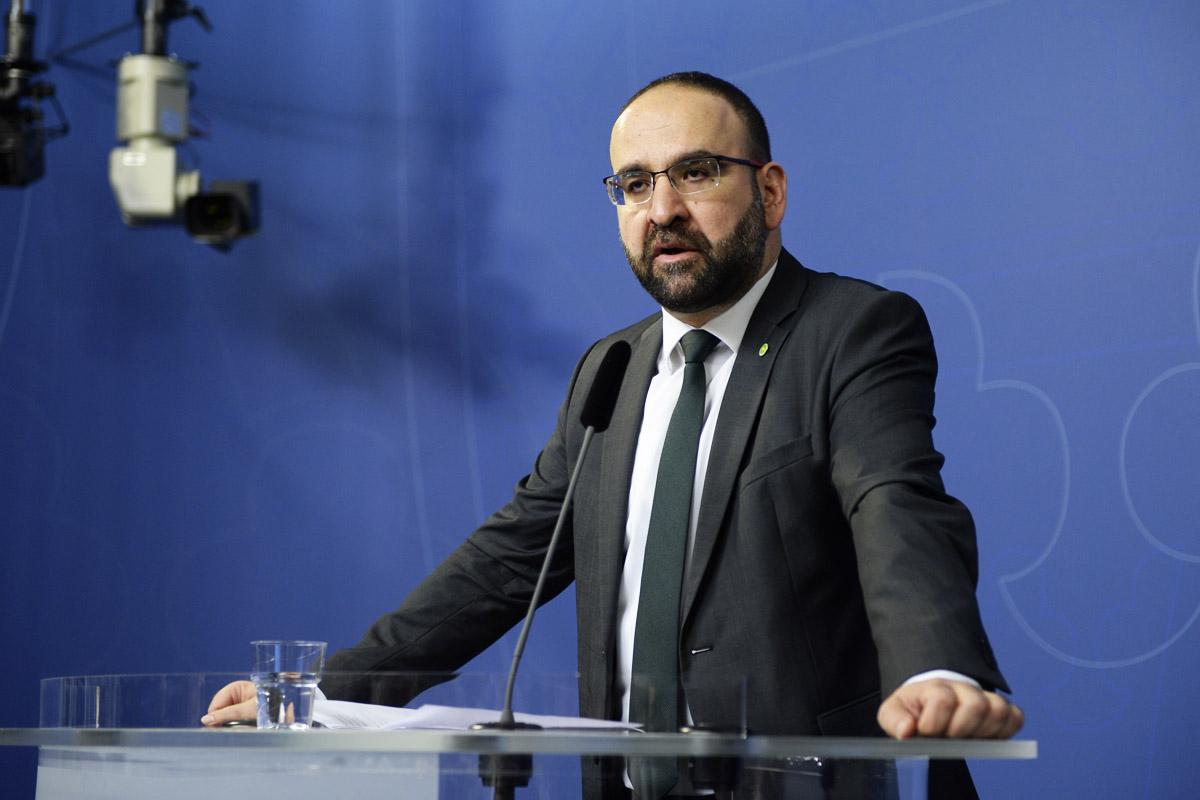 El ex ministro sueco, Mehmet Kaplan, en una conferencia de prensa. (Foto: AFP)
