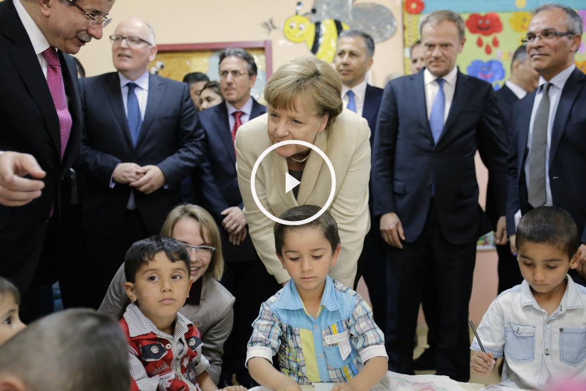 Davutoglu (izqda.), Merkel y Tusk (dcha.) en Gaziantep con niños refugiados. (AFP)
