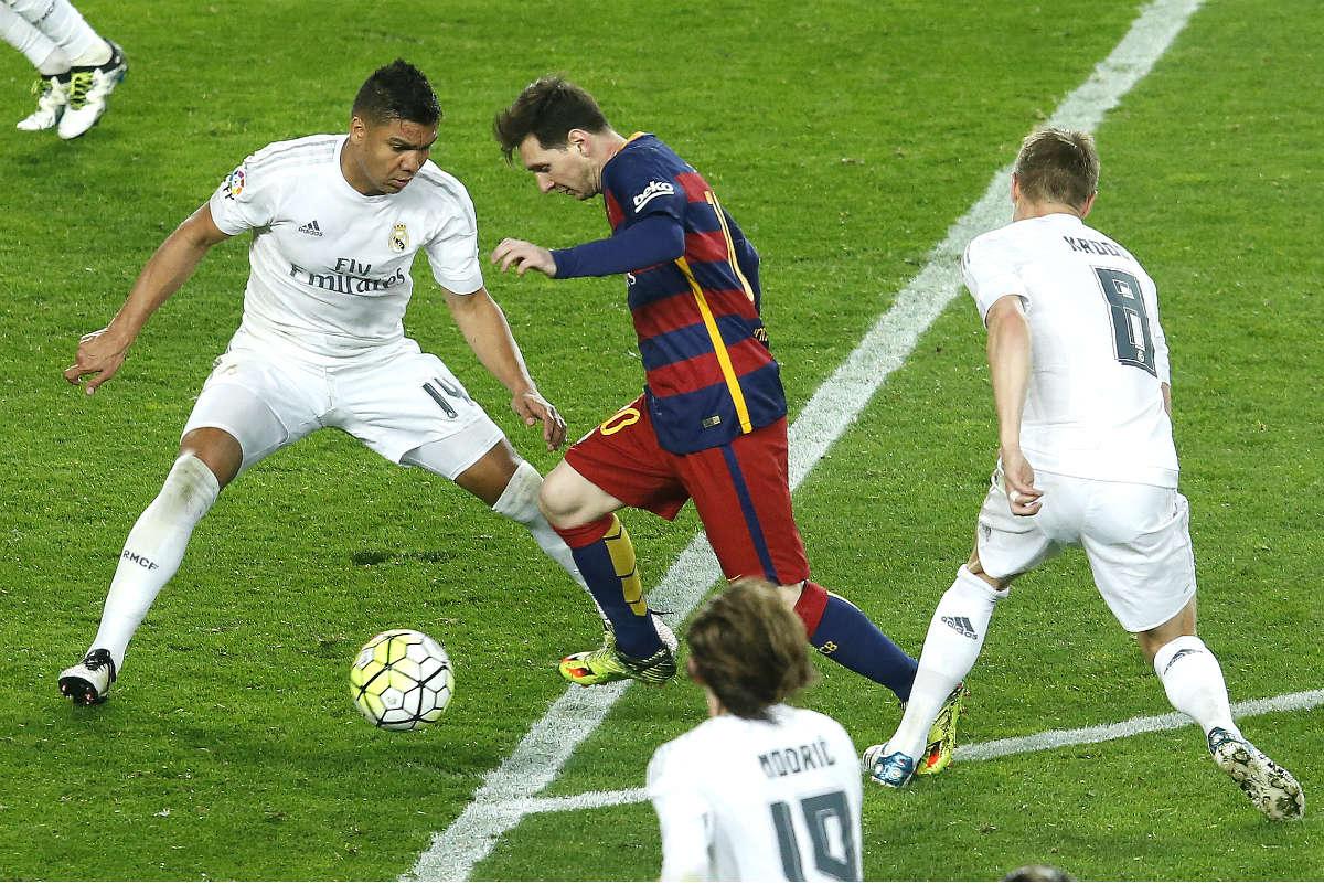 Messi intenta conducir el balón ante Casemiro y Kroos. (AFP)