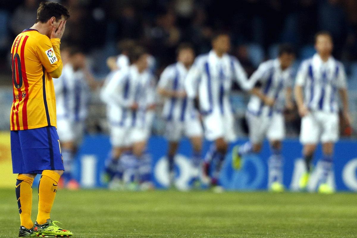 Messi, con gesto abatido en Anoeta. (EFE)