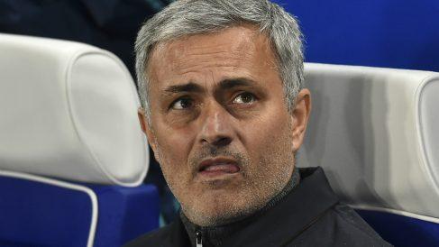 José Mourinho, con gesto preocupado durante un partido con el Chelsea. (AFP)