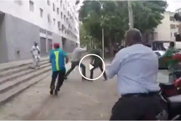 Jesús Torrealba es golpeado por radicales chavistas.