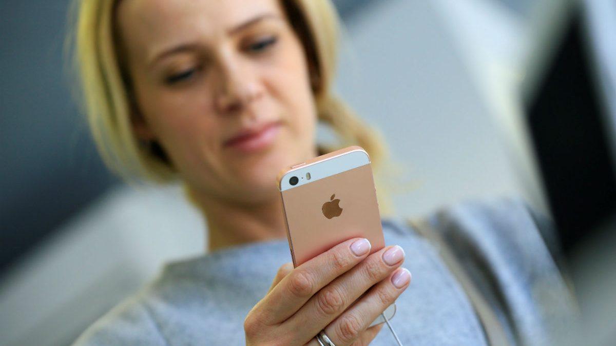 Mujer con un iPhone. (Foto: Getty)
