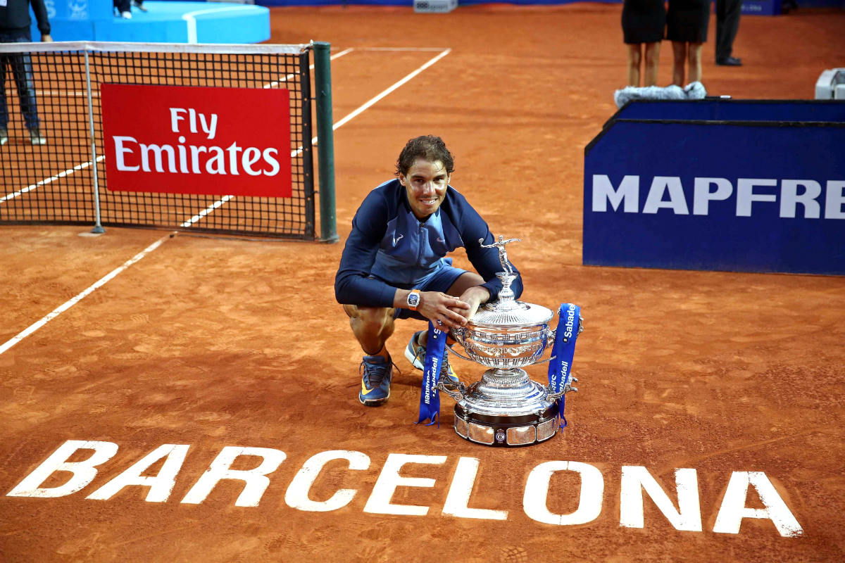 Nadal posa con su noveno título en el Godó. (EFE)