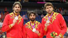 Navarro y los hermanos Gasol posan con la medalla de plata tras la final de Londres 2012 conseguida con España. (Getty)
