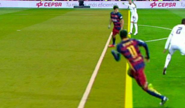 Neymar estaba en posición adelantada en el Clásico.