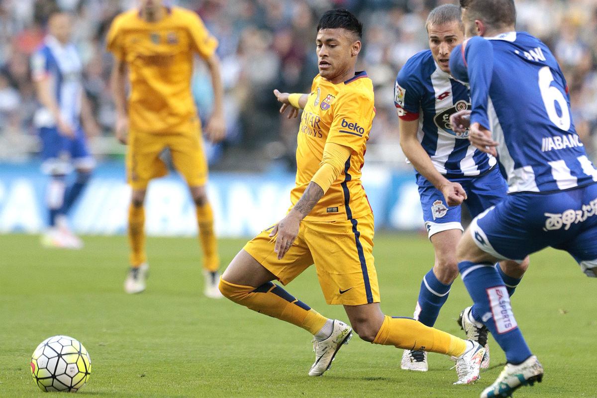 Neymar trata de controlar un balón ante el Depor. (EFE)