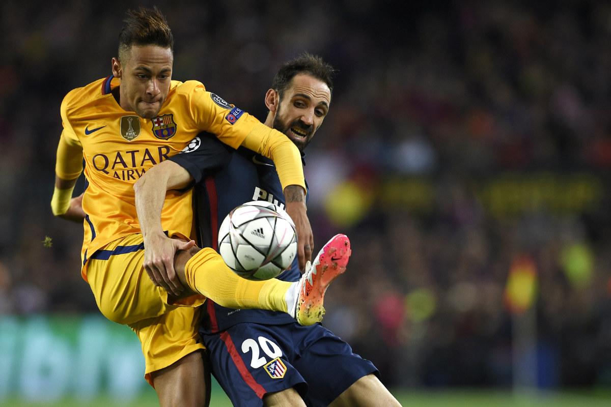 Neymar y Juanfran durante el Barça-Atlético de ida de los cuartos de Champions. (AFP)