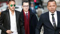 Neymar y padre, a la salida de los juzgados. (Getty)