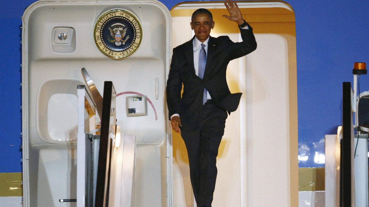 Barack Obama sale del Air Force One (Reuters)