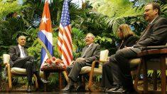 Alejandro Castro, a al derecha, durante la entrevista de Obama y su padre Raúl. (Reuters)