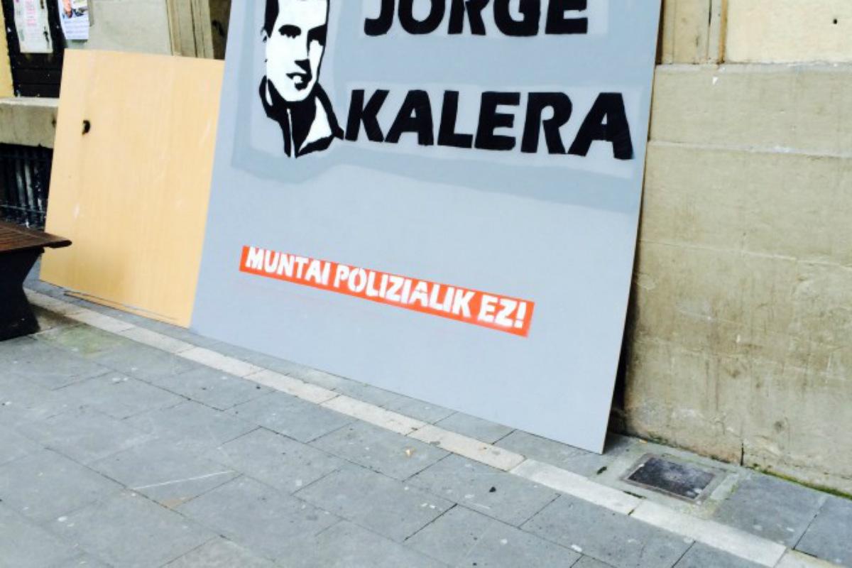 Carteles de apoyo al etarra Olaiz en Pamplona. (UPN)